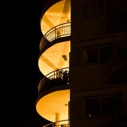 Mehrstöckiges Wohnhaus bei Nacht