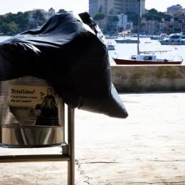 Mülleimer am Hafen von Porto Colom